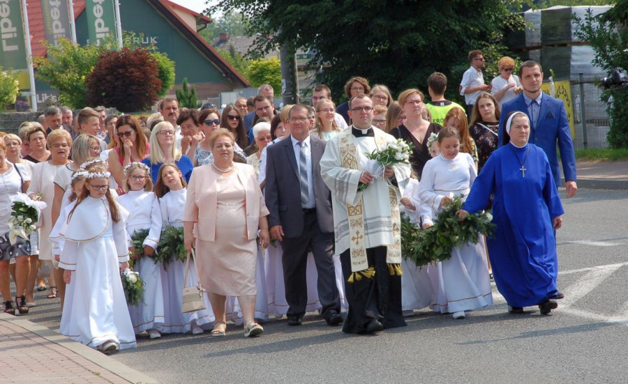 Ksiądz prymicjant szedł do kościoła w wieńcu