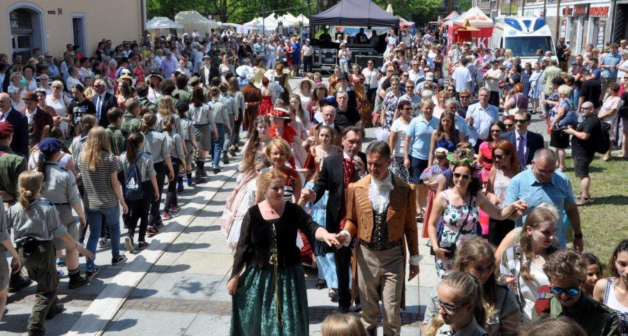 Podczas jubileuszowej majówki poloneza tańczyło prawie całe miasto (wideo, zdjęcia)