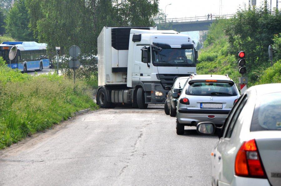 TIR zablokował ruch pod wiaduktem na Dworcowej