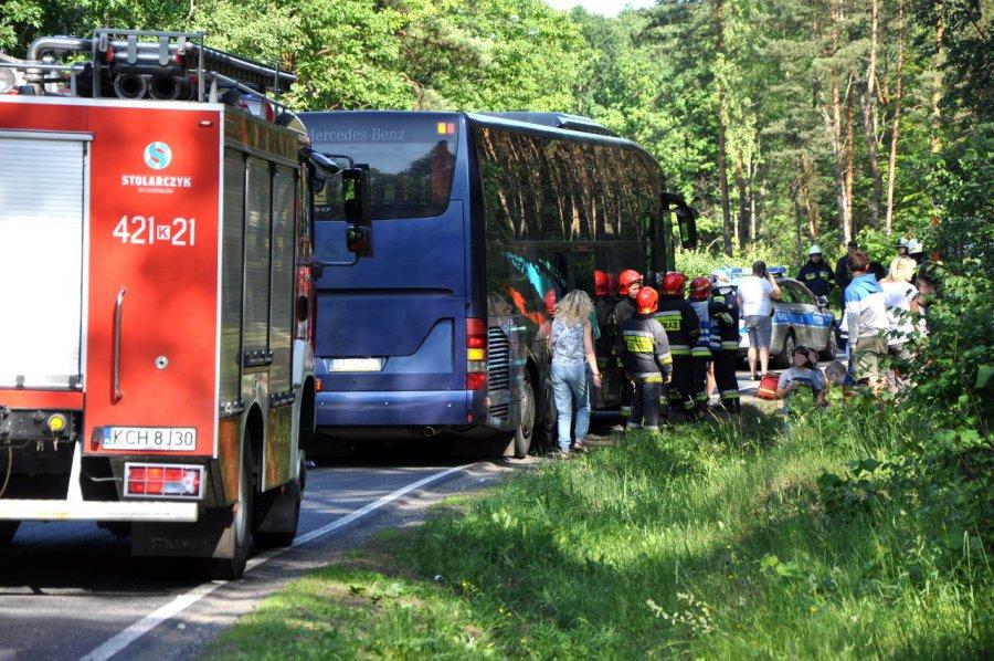 Zderzenie dostawczego forda i autobusu wiozącego dzieci