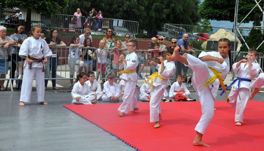 Walki karate na Placu Słonecznym (wideo, zdjęcia)