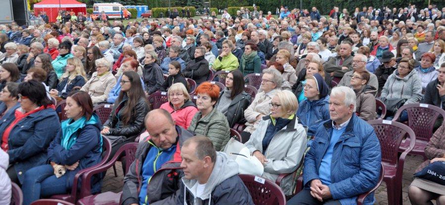 """Tysiące osób przyszły zobaczyć """"Skrzypka na dachu"""" (wideo, zdjęcia)"""