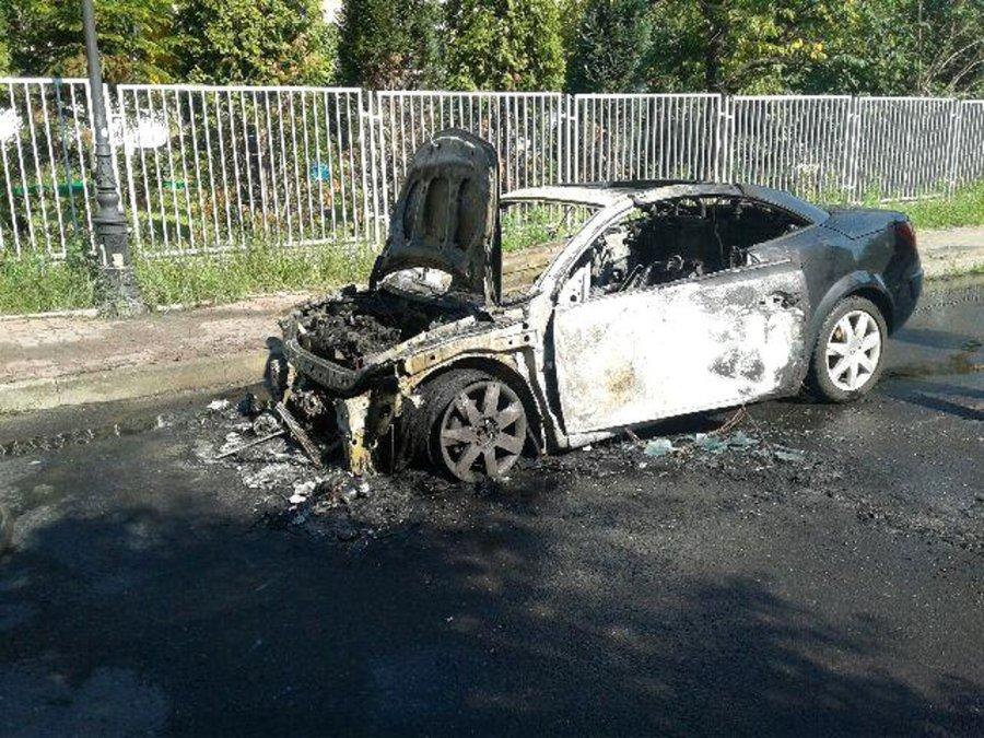 Samochód spalił się na drodze