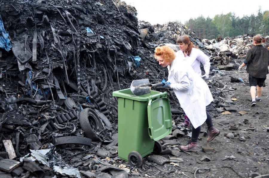 Naukowcy sprawdzają, czy ziemia po pożarze składowiska jest skażona (ZDJĘCIA)