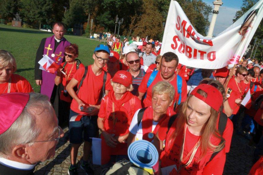 Pielgrzymi ze śpiewem weszli do Częstochowy (WIDEO)