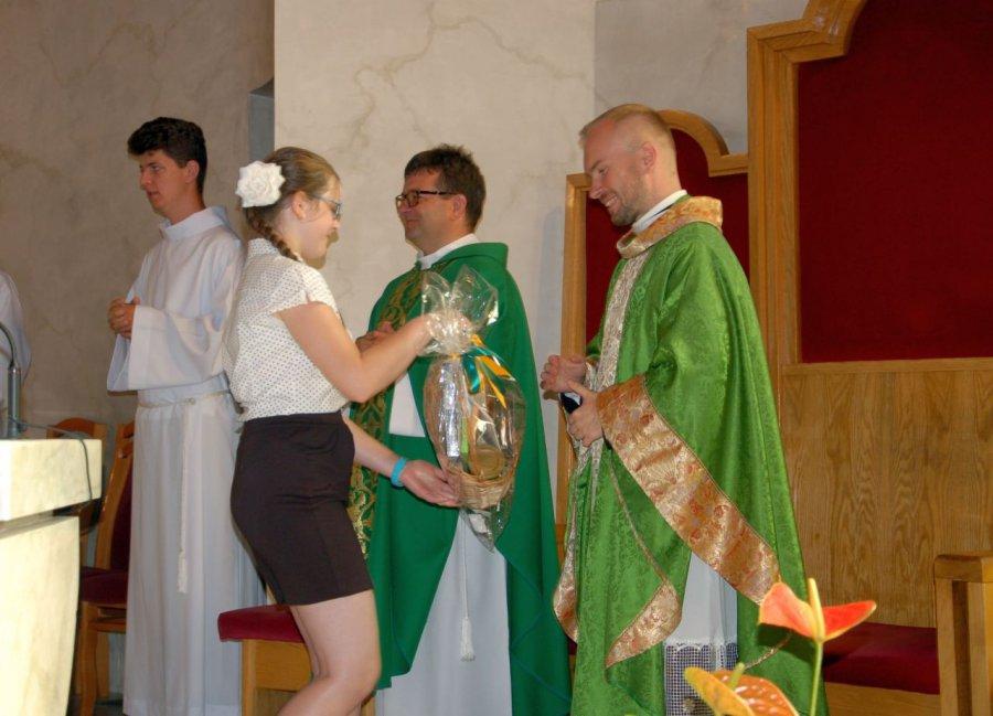 Parafianie pożegnali księży oklaskami
