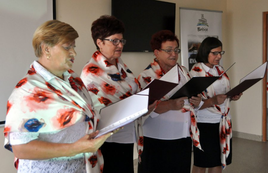 Na otwarcie klubu seniorki zaśpiewały o Arabie i góralu (WIDEO)