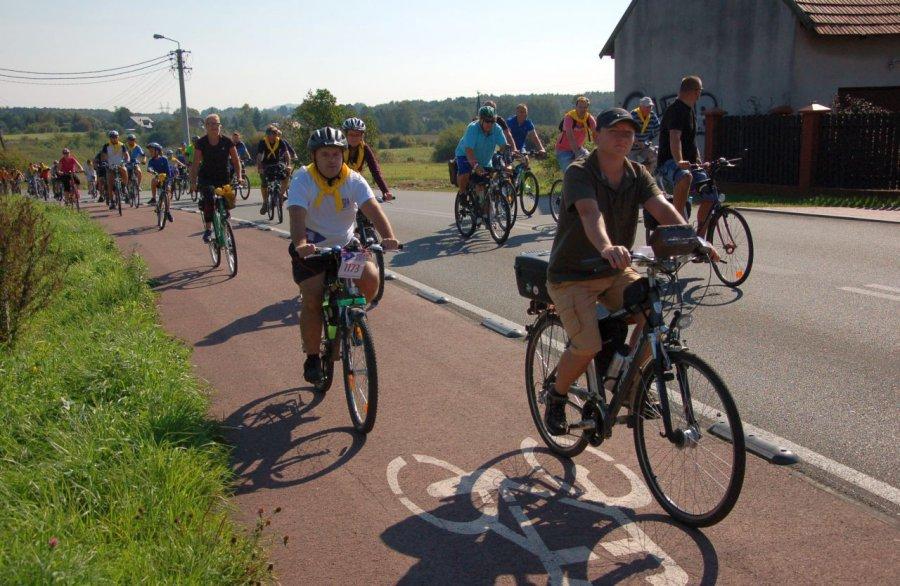 Zdziwieni przechodnie oglądali długi sznur rowerzystów (WIDEO)