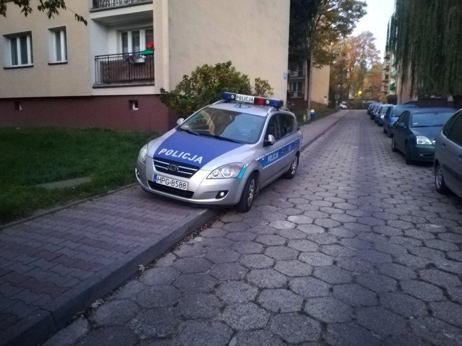 Radiowóz zatarasował chodnik
