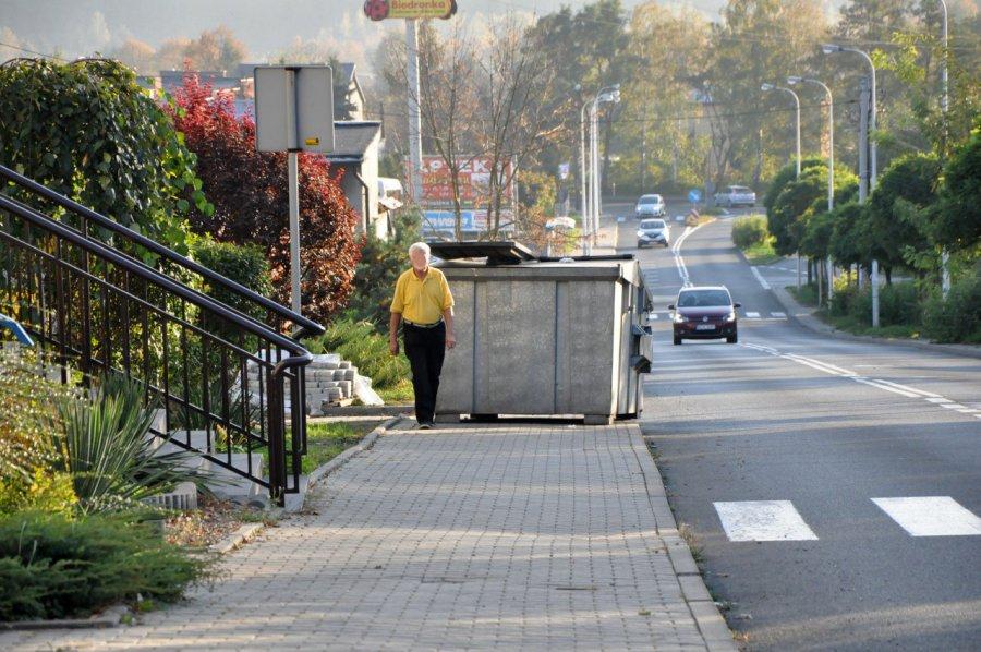Kontener na środku chodnika