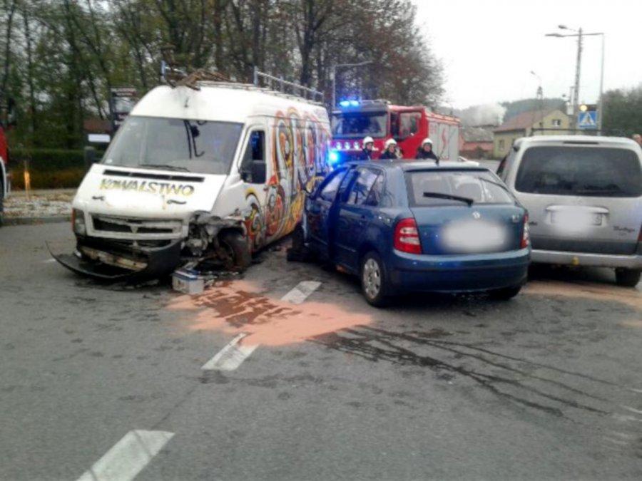 Zderzenie trzech aut na drodze przy Dworku Zieleniewskich