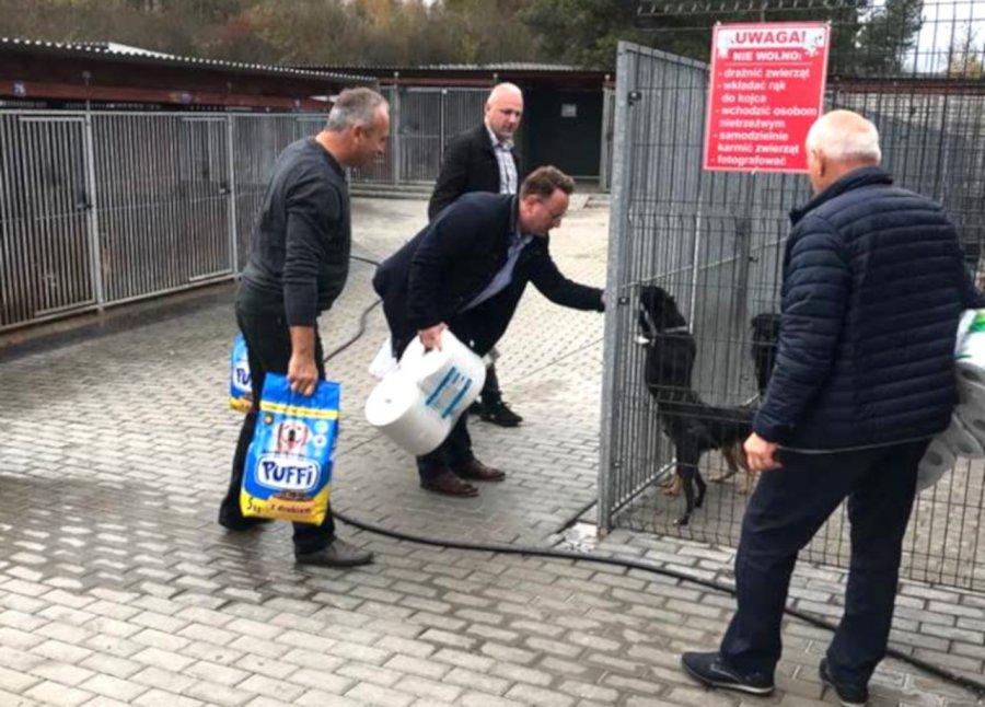 Podarowali psom wyborcze banery