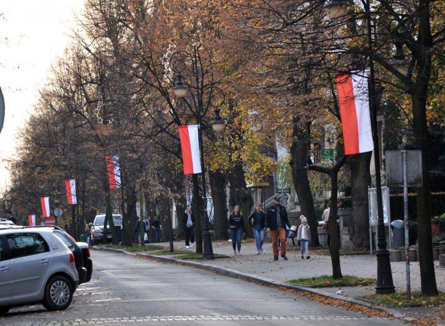 Z jednej strony polskie barwy narodowe, a z drugiej...