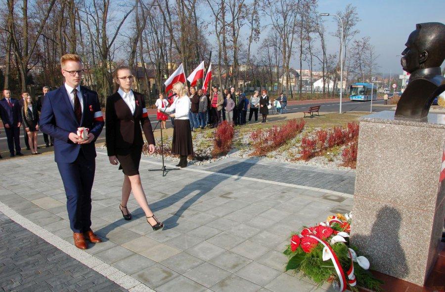 Uczniowie złożyli kwiaty i ziemię przywiezioną ze Lwowa