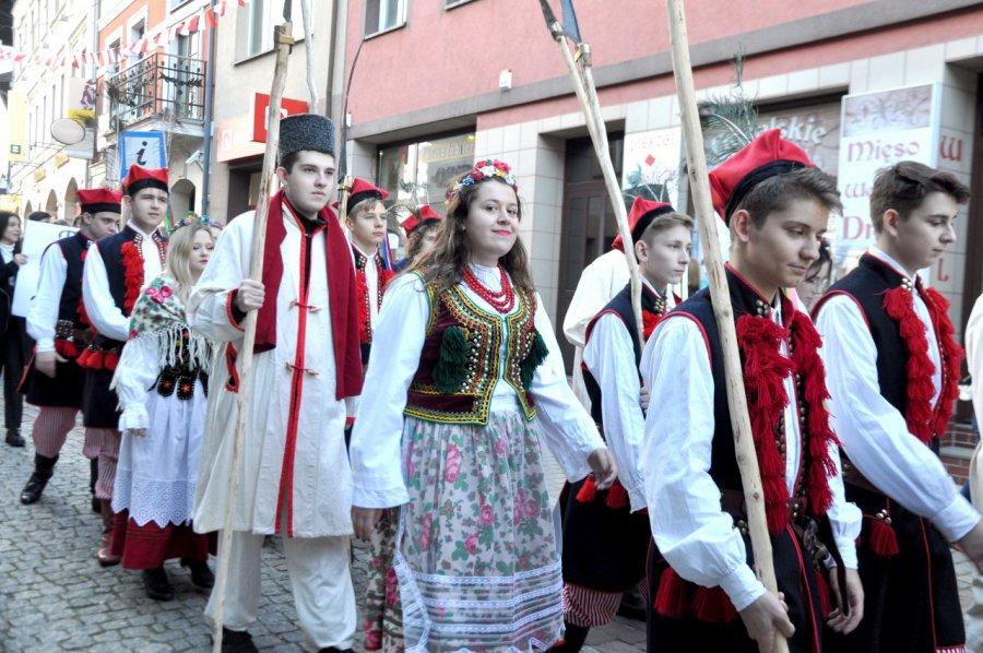 Niezwykły korowód niepodległościowy na ulicach Chrzanowa. Zobaczcie (wideo)