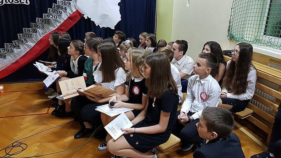 Niepodległościowa wieczornica w szkole w Młoszowej