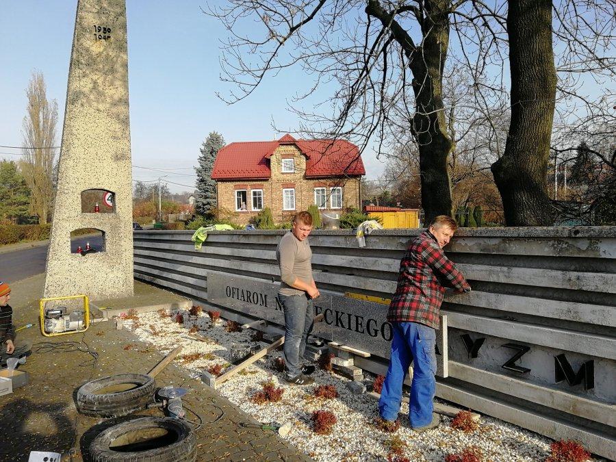 Zmiana napisu na trzebińskim pomniku