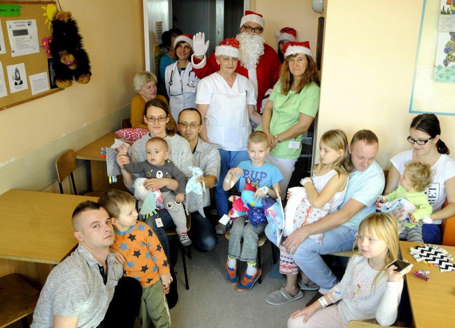 Chore dzieci nie mogły się doczekać świętego Mikołaja (WIDEO)
