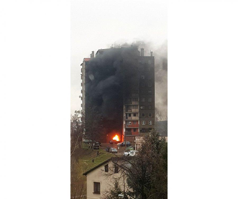 Ogień przed blokiem