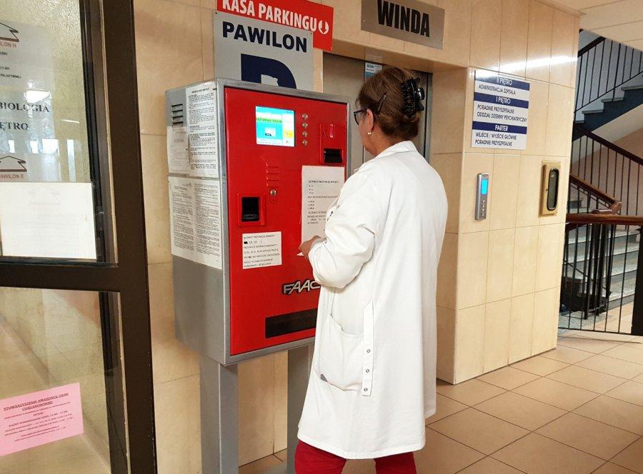Monety ze szpitalnego parkomatu często wypadają