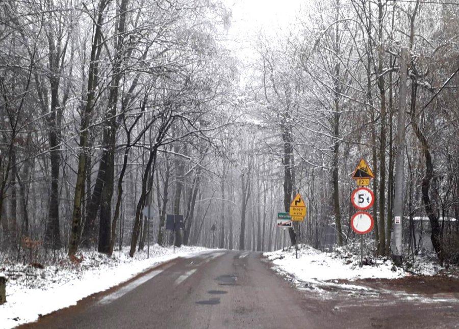 Spadł śnieg i... zamknęli drogę