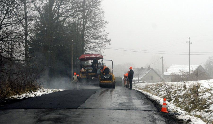 Spadł śnieg, drogowcy kładą asfalt