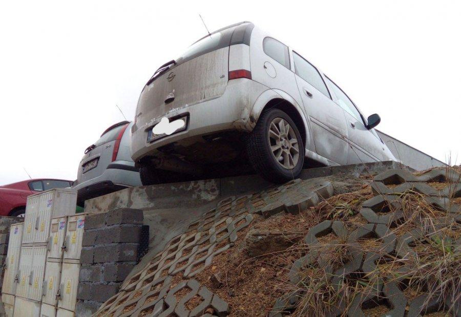 Lepiej nie parkować w ten sposób