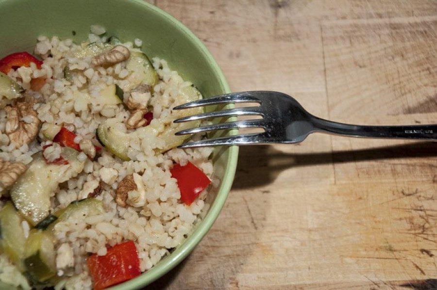 Sałatka z kaszą bulgur i grillowanymi warzywami