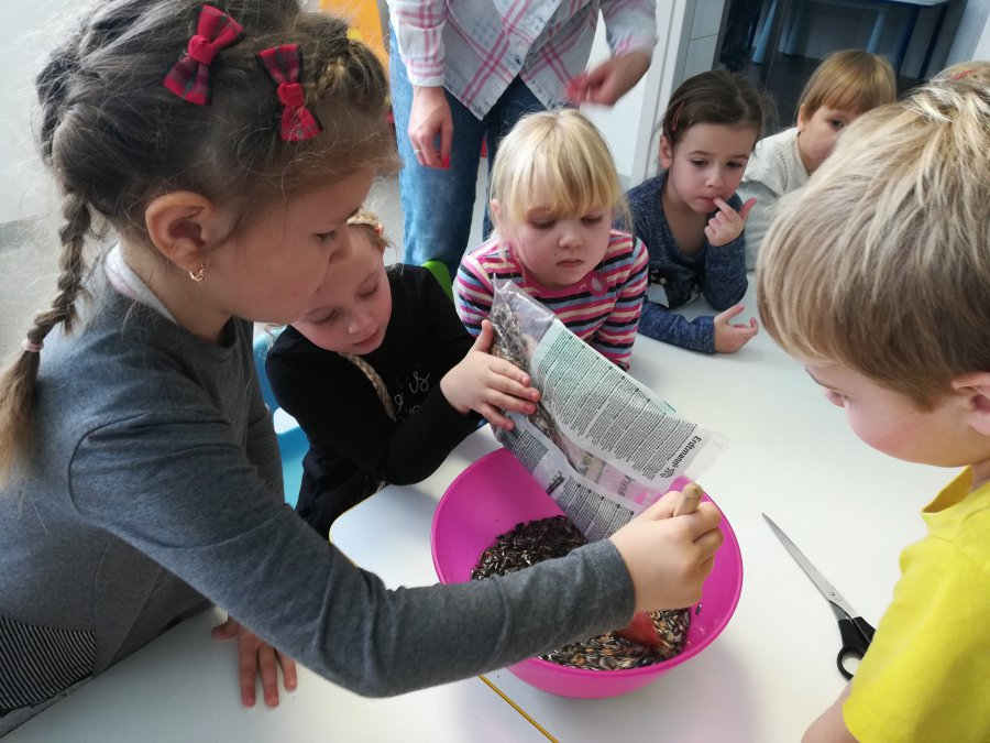 Dzieci z Chmurkowych Opowieści dokarmiają ptaki