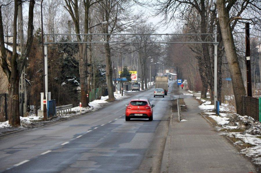 Na nowy asfalt na ul. Śląskiej trzeba czekać nawet ... parę lat
