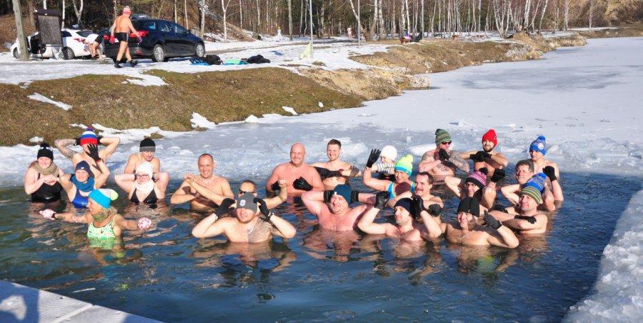 Jak dobrze zacząć niedzielę? Od kąpieli w lodowatej wodzie (WIDEO)