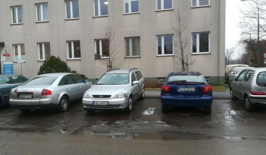 Samochody od miesięcy zajmują miejsca na parkingu. Co na to policja?