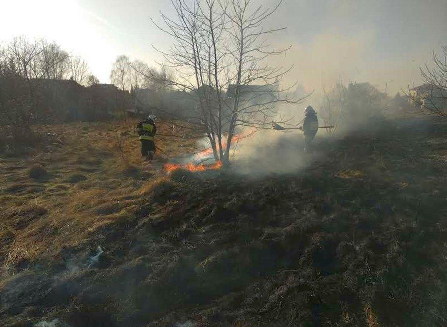 Strażacy już jeżdżą do pożarów traw