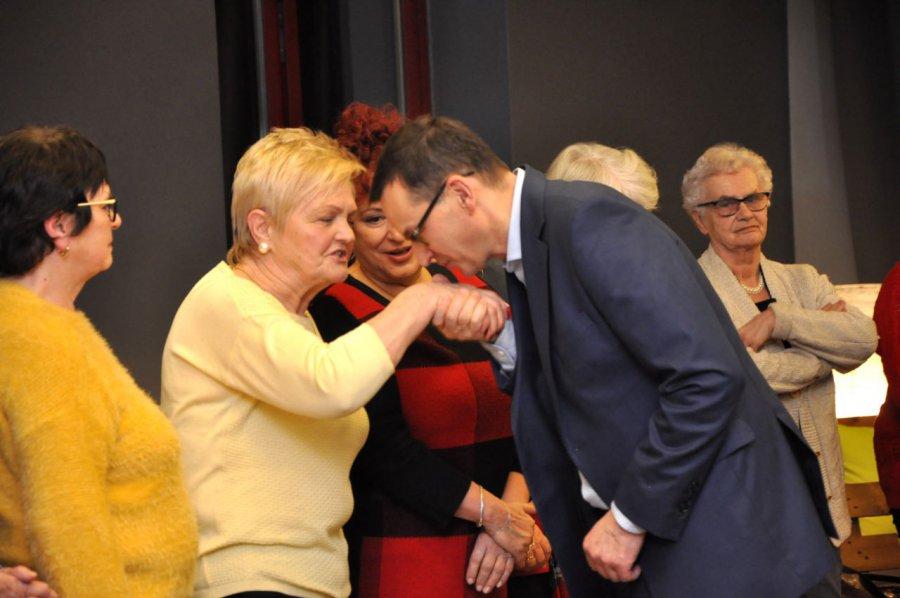 Premier Morawiecki: całuję rączki
