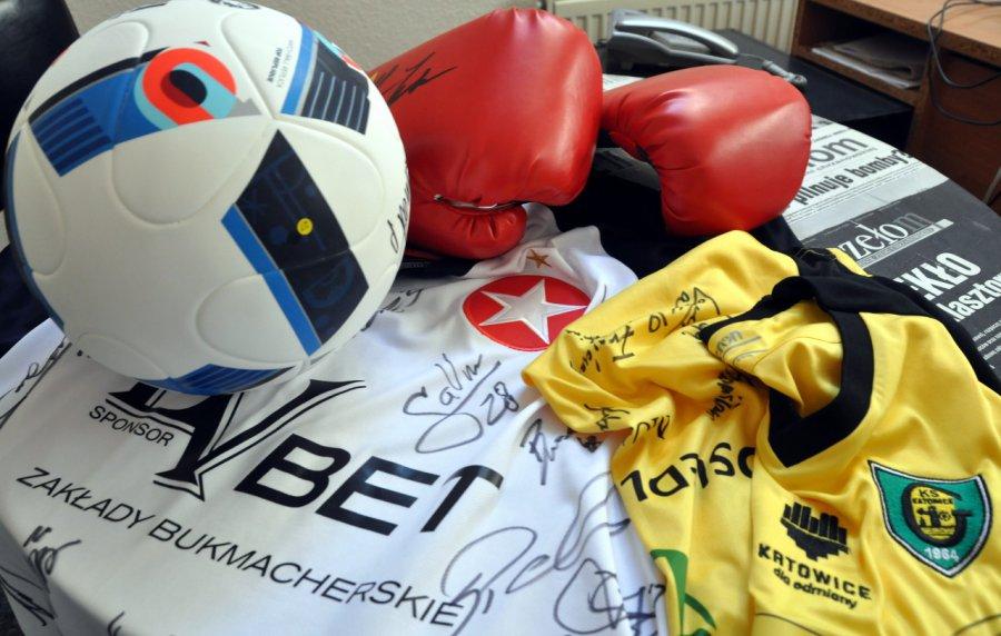 Rękawice z podpisem Mike'a Tysona i piłka z autografem Adama Nawałki czekają na Ciebie