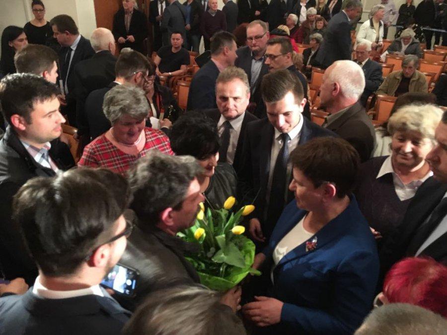 Beata Szydło w Chrzanowie. Przemówienie, urodzinowe kwiaty i selfie z wicepremier