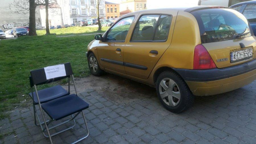 Krzesełka na parkingu