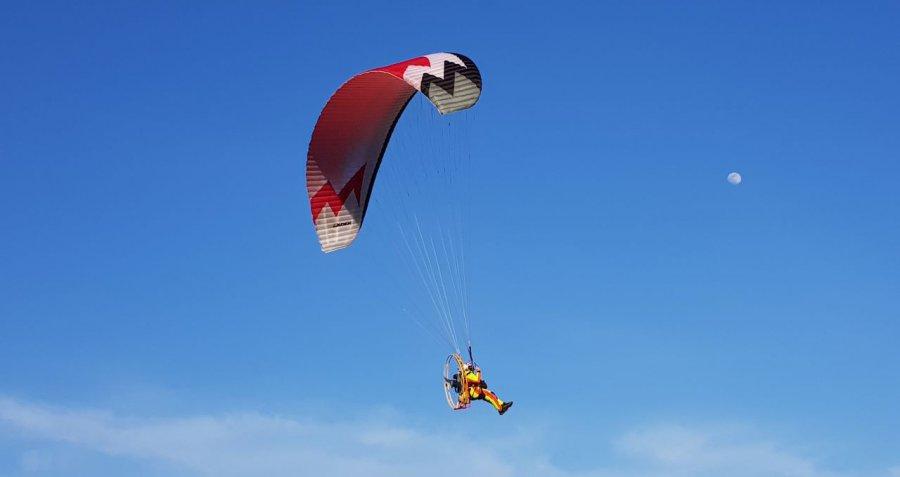 Paralotniarze startują z tej łąki. Mówią, że latanie daje im wolność (WIDEO)