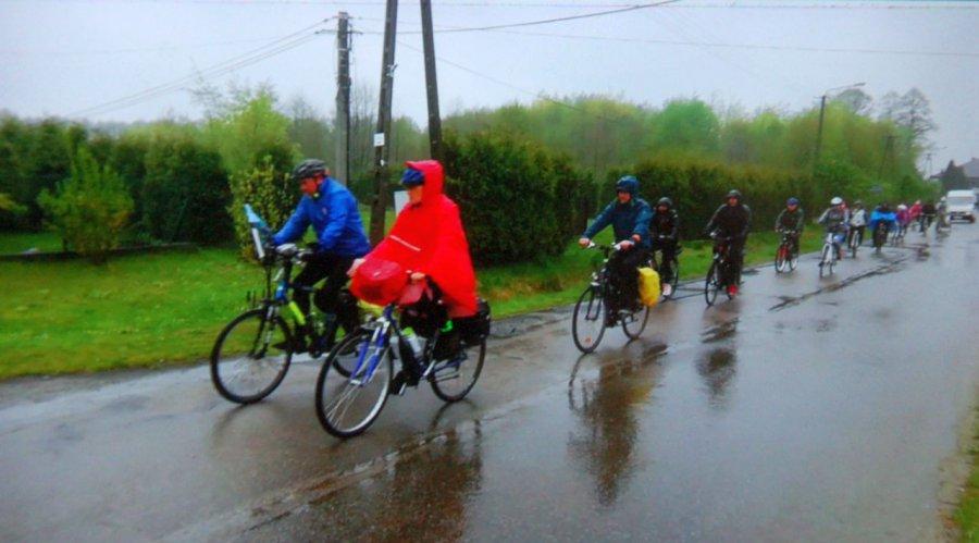 Rowerzyści przemokli do suchej nitki, ale nikt nie narzekał (WIDEO)