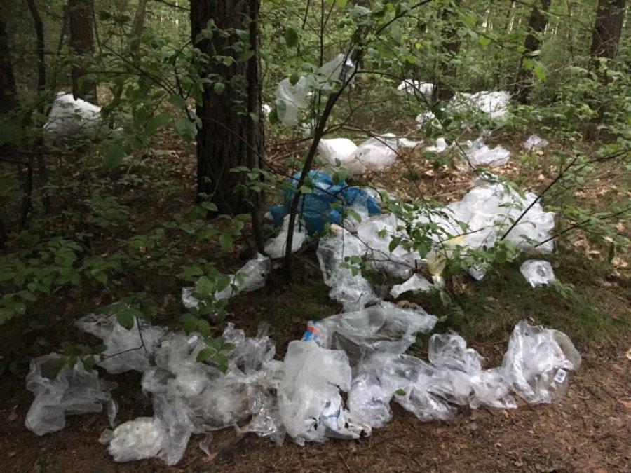 Ktoś wyrzucił foliowe odpady przy Chechle