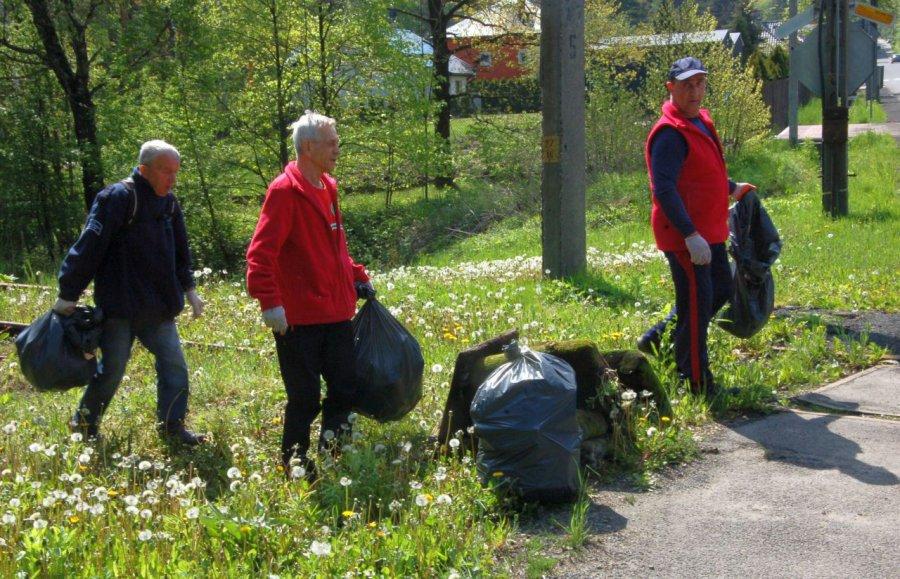 Działacze PTT posprzątali las w rejonie Stelli (WIDEO)