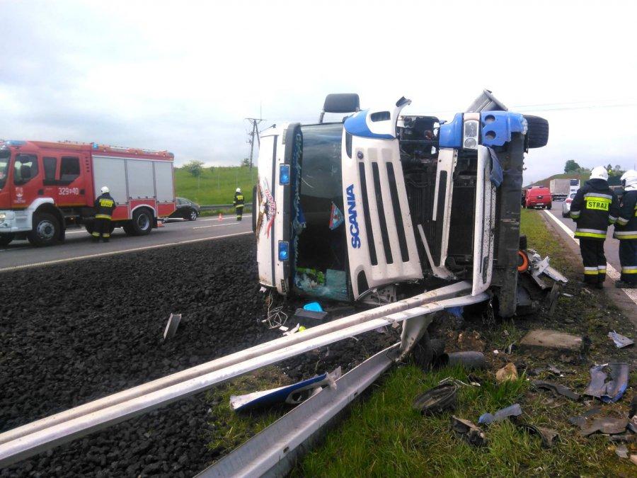 Ciężarówka przewróciła się na autostradzie