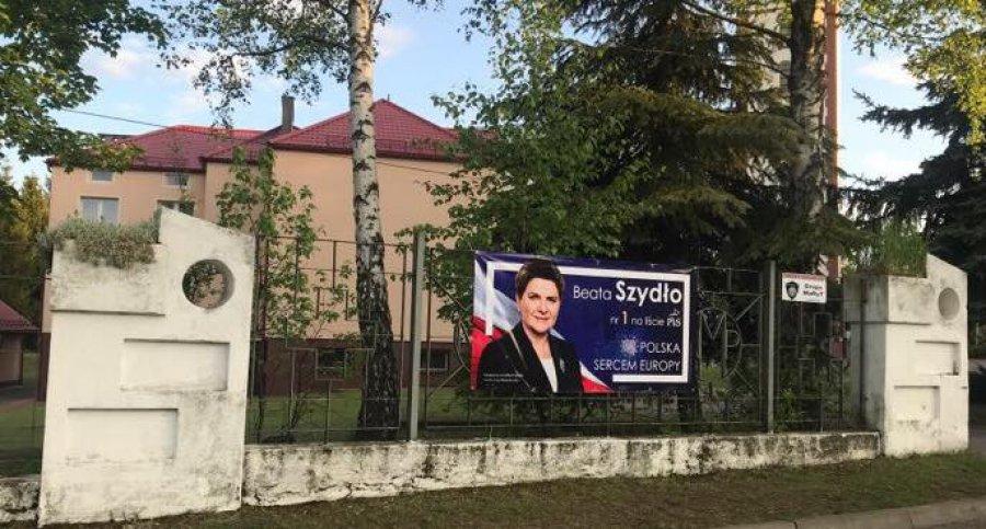 Kampania wyborcza na kościelnym ogrodzeniu