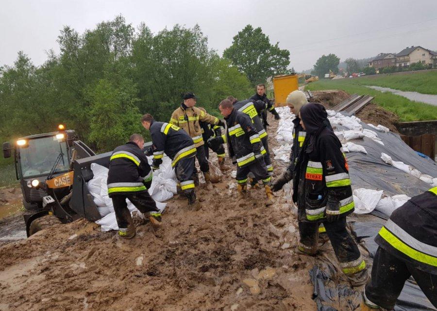 W nocy strażacy zabezpieczali wały przeciwpowodziowe. Na Wiśle wciąż przekroczone stany alarmowe