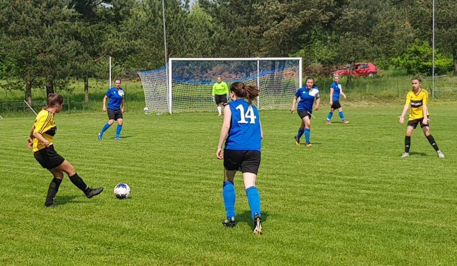 Dziewczyny też potrafią grać w piłkę. Samą ambicją nie pokonały jednak Bronowianki (WIDEO)