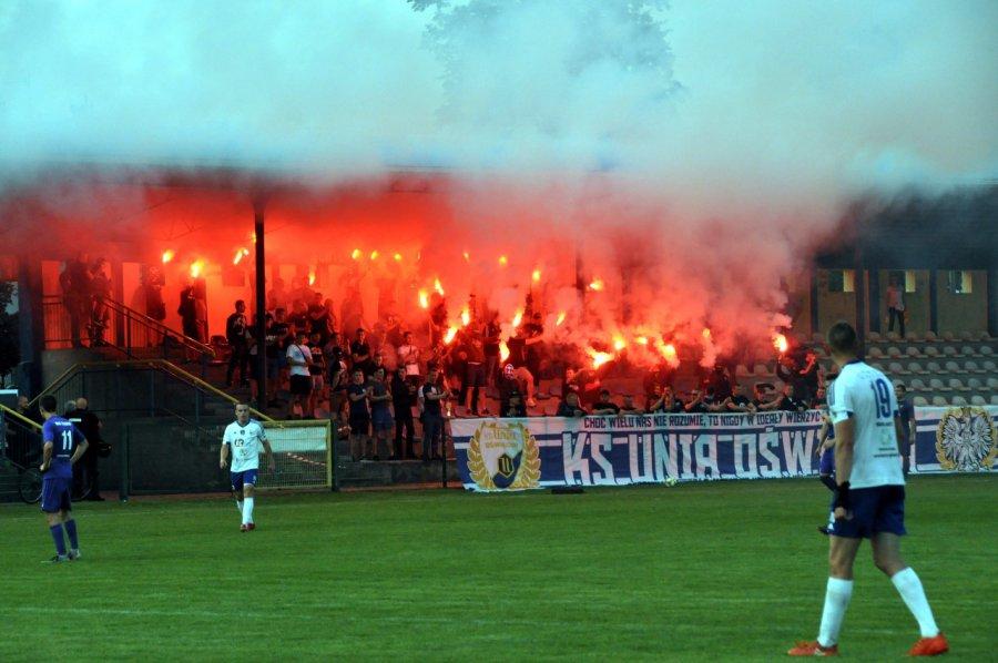 Dymy nad stadionem i festiwal zmarnowanych szans (WIDEO, ZDJĘCIA)