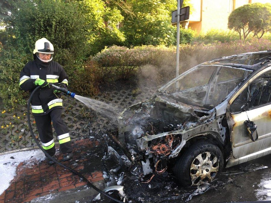 Peugeot zapalił się i doszczętnie spłonął