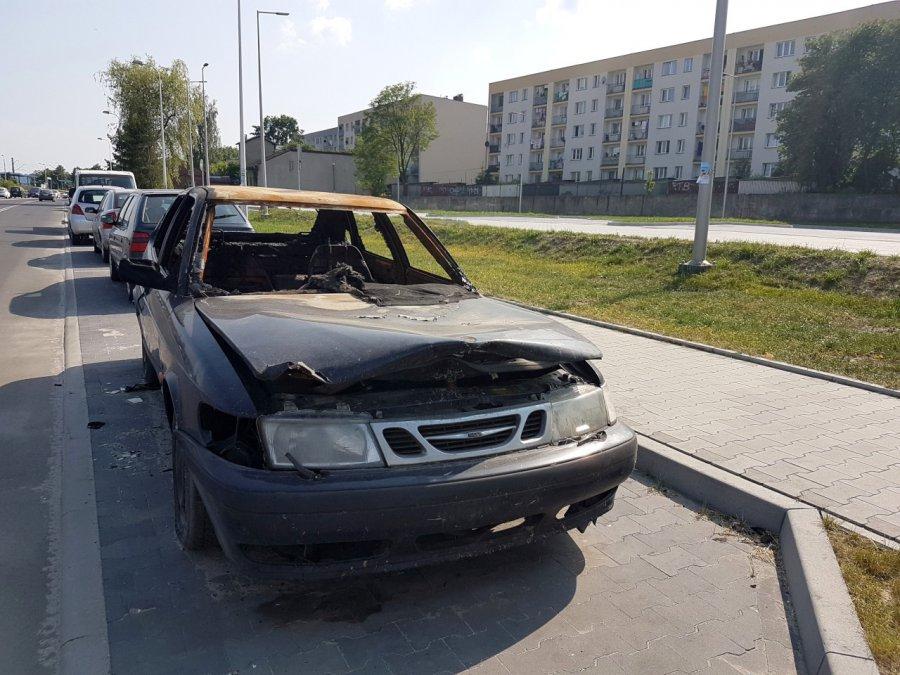 Spalony samochód na parkingu