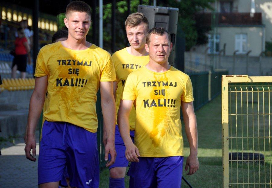 Piłkarze MKS Trzebinia zadedykowali zwycięstwo kontuzjowanemu koledze (WIDEO, ZDJĘCIA)
