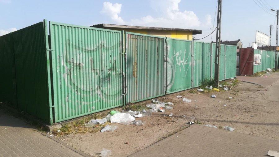 Po zamknięciu targowiska po całej okolicy fruwają śmieci